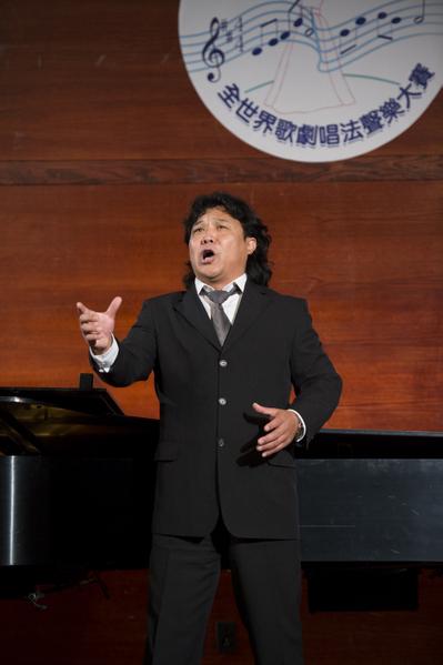 """图﹕来自加拿大的选手男高音张洋在复赛上演唱""""Opera [ Aida ] Celeste Aida 纯结的阿衣达""""和""""Opera [ Carmen] La Fleur Que Tu Mavais Jetee 花之歌""""。(摄影﹕戴兵/大纪元)"""