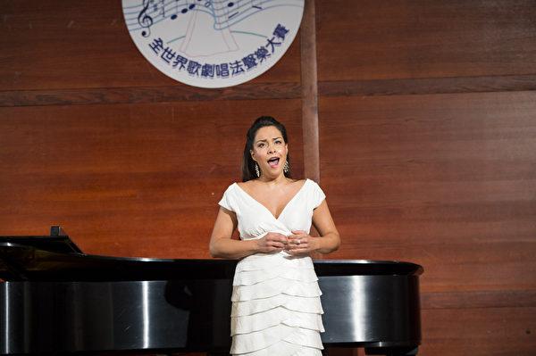 "图﹕来自智利的选手女高音Elisa Cordova在复赛上演唱""O dolga budu ya,(Rachmaninoff), F major""和""Caro Nome from Rigoleno""。(摄影﹕戴兵/大纪元)"