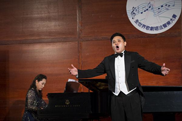 """图﹕来自马来西亚的选手男高音陈韦翰在复赛上演唱""""Majnata""""和""""Dein ist mein ganzes Herz""""。(摄影﹕戴兵/大纪元)"""