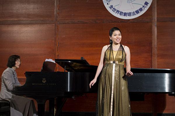"""图﹕来自香港的选手女高音刘倪彤在复赛上演唱""""Gounod: Faust—Jewel Song""""和""""Donizej: Anna Bolena – Al Dolce Guidami""""。(摄影﹕戴兵/大纪元)"""