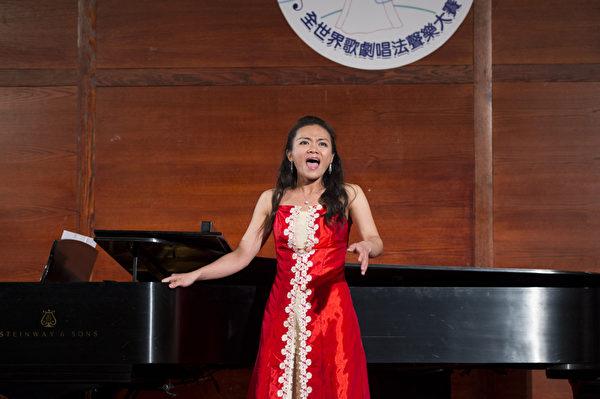 """图﹕来自台湾的选手女高音易真在复赛上演唱""""AppariCon of C. Debussy""""和""""Gliner and be Gay from Candide by L. Bernstein""""。(摄影﹕戴兵/大纪元)"""