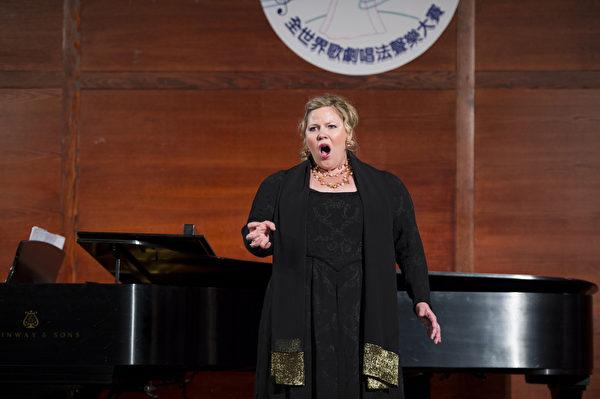 图﹕来自德国的选手女高音Cordelia Hanus在复赛上演唱Verdi Forza del DesCno