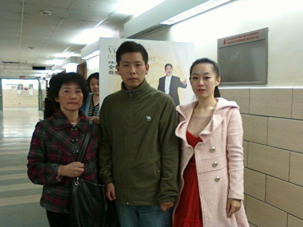 """图﹕第六届""""全世界歌剧唱法声乐大赛""""初赛选手黄璇佳(右)与母亲和亲戚。(大纪元)"""