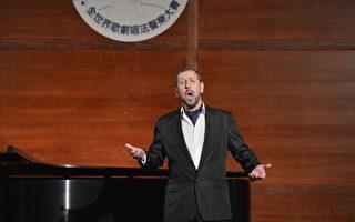 """图:来自威尔士的著名男高音歌唱家穆蓝(Stephen Mullan)在""""2012年新唐人歌剧唱法声乐大赛""""初赛中演唱。(摄影:戴兵/大纪元)"""