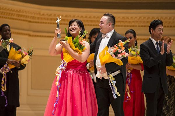 """图:来自日本的Azusa Dodo和来自奥地利的选手男高音Markus Max Prodinger荣获第六届""""全世界歌剧唱法声乐大赛""""银奖。(摄影:爱德华/大纪元)"""