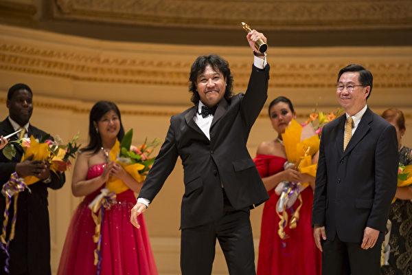圖:來自加拿大的選手男高音張洋獲得第六屆「全世界歌劇唱法聲樂大賽」男聲組金獎。(攝影:愛德華/大紀元)
