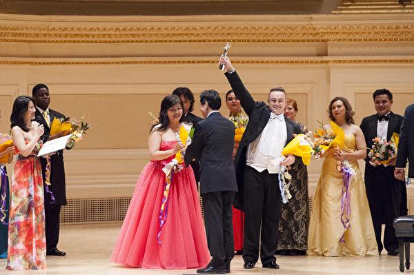 大賽評委主席関貴敏為女聲組銀獎得主、來自日本的Azusa Dodo和來自奧地利的選手男高音Markus Max Prodinger頒獎。(攝影:戴兵/大紀元)