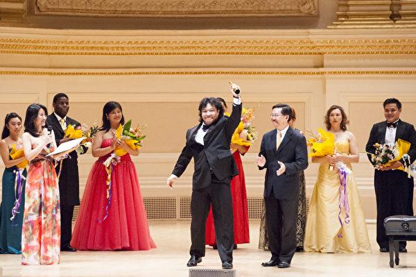 來自加拿大的選手男高音張洋獲得了第六屆「全世界歌劇唱法聲樂大賽」男聲組金獎。(攝影:戴兵/大紀元)
