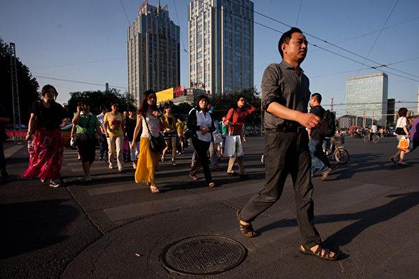 北京9月30日出台了楼市调控新政,被业界认为是大陆最严的限购政策,但是分析认为,外地在京人的生活将更难。(Ed Jones/AFP/GettyImages)