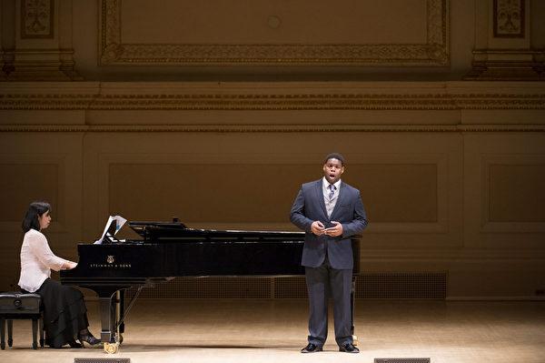 """图﹕美国选手男中音Nicholas Wiggins于卡内基音乐厅举行的""""全世界歌剧唱法声乐大赛"""" 决赛上。(摄影:戴兵/大纪元)"""