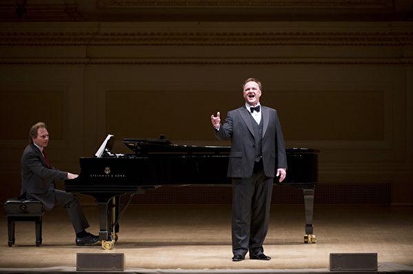 """图﹕美国选手男高音Tim Augustin于卡内基音乐厅举行的""""全世界歌剧唱法声乐大赛"""" 决赛上。(摄影:戴兵/大纪元)"""