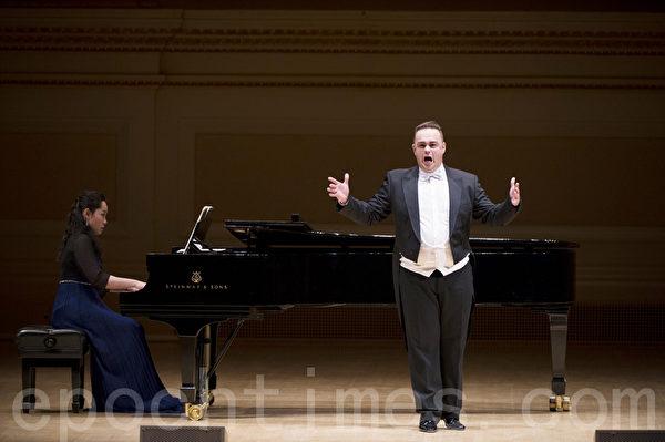 """图:来自奥地利的选手男高音Markus Max Prodinger在""""全世界歌剧唱法声乐大赛""""决赛上(摄影﹕戴兵/大纪元)"""