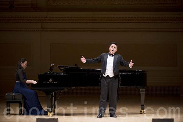 """图﹕来自马来西亚的选手陈韦翰于卡内基音乐厅举行的""""全世界歌剧唱法声乐大赛"""" 决赛上。(摄影:戴兵/大纪元)"""