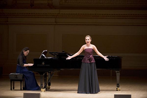 """图﹕来自意大利的选手女高音 Liudmila Zhiltsova于卡内基音乐厅举行的""""全世界歌剧唱法声乐大赛"""" 决赛上。(摄影:戴兵/大纪元)"""