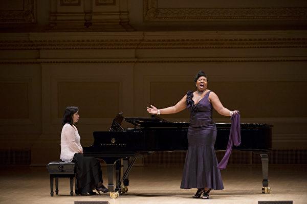 """图﹕美国选手女高音Jamila Sockwell于卡内基音乐厅举行的""""全世界歌剧唱法声乐大赛"""" 决赛上。(摄影:戴兵/大纪元)"""
