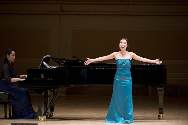 """图﹕来自加拿大的选手女高音Yun Cindy Zhang于卡内基音乐厅举行的""""全世界歌剧唱法声乐大赛"""" 决赛上。(摄影:戴兵/大纪元)"""