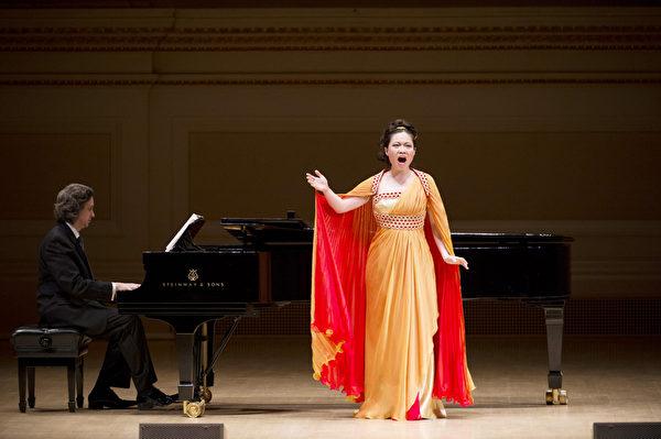 """图﹕来自阿根廷的选手女高音林雯郁于卡内基音乐厅举行的""""全世界歌剧唱法声乐大赛"""" 决赛上。(摄影:戴兵/大纪元)"""