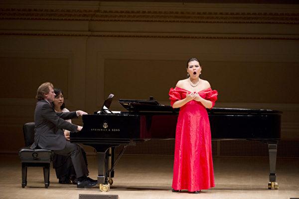 图﹕来自台湾的选手女高音左涵瀛于卡内基音乐厅举行的决赛上。(摄影:戴兵/大纪元)