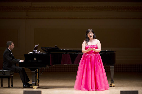 """图﹕来自日本的选手女高音Azusa Dodo于卡内基音乐厅举行的""""全世界歌剧唱法声乐大赛"""" 决赛上。(摄影:戴兵/大纪元)"""