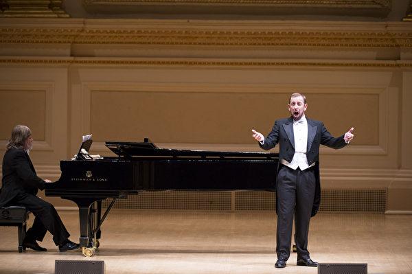 """图:来自威尔士的选手男高音Stephen Mullan于""""全世界歌剧唱法声乐大赛""""音乐会上。(摄影: 戴兵/ 大纪元)"""