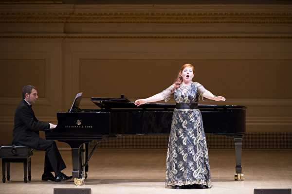 """图:西西里歌剧学院副院长女高音Marianna Prizzon于""""全世界歌剧唱法声乐大赛""""音乐会上表演。钢琴伴奏西西里歌剧学院院长格罗索William Grosso先生。(摄影: 戴兵/ 大纪元)"""