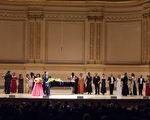 """图:著名男高音马塞洛在""""全世界歌剧唱法声乐大赛""""音乐会上,与所有参加决赛的选手同台演出。(摄影: 戴兵/ 大纪元)"""