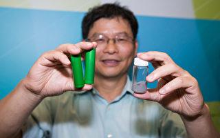 台湾科技大学化工系教授黄炳照展示锂电池团队开发的电极及电解质材料。(摄影:陈柏州/大纪元)
