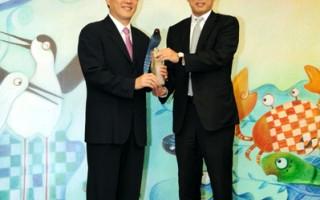台北市长郝龙斌回赠台湾蓝鹊给汇丰银行总经理李钟培(右),感谢汇丰守护湿地的用心。 (台北市政府提供)