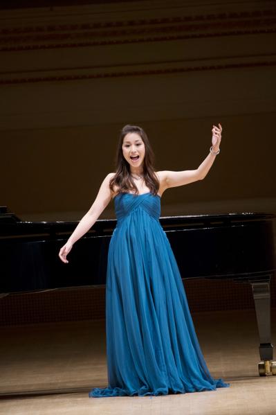 """来自台湾的选手女高音蒋启真于卡内基音乐厅举行的""""全世界歌剧唱法声乐大赛"""" 决赛上。(摄影:戴兵:大纪元)"""