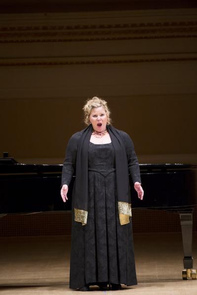 """来自德国的选手女高音Cordelia Hanus于卡内基音乐厅举行的""""全世界歌剧唱法声乐大赛"""" 决赛上。(摄影:戴兵:大纪元"""