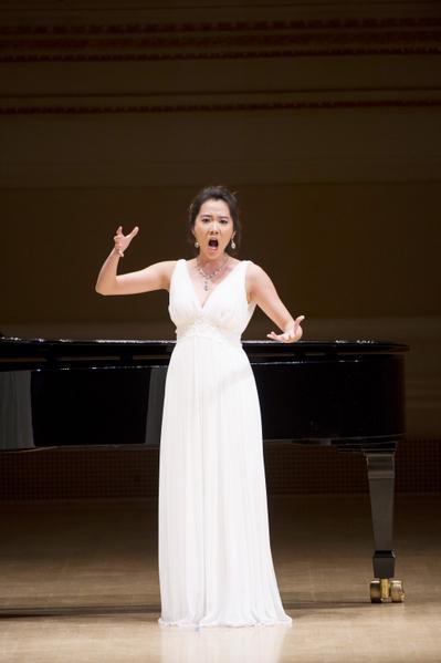 """来自韩国的选手女高音Jiyoung Lee在卡内基音乐厅举行的""""全世界歌剧唱法声乐大赛""""决赛上(摄影﹕戴兵:大纪元)"""