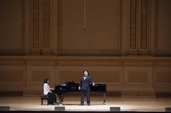 """来自加拿大的选手男高音张洋于卡内基音乐厅举行的""""全世界歌剧唱法声乐大赛""""音乐会上。(摄影:戴兵:大纪元)"""