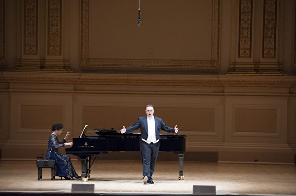 """来自奥地利的选手男高音Markus Max Prodinger于卡内基音乐厅举行的""""全世界歌剧唱法声乐大赛""""音乐会上。(摄影:戴兵:大纪元)"""