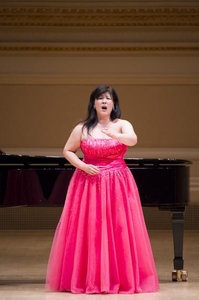 """来自日本的选手女高音Azusa Dodo于卡内基音乐厅举行的""""全世界歌剧唱法声乐大赛""""音乐会上。(摄影:戴兵:大纪元)"""