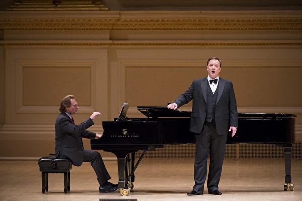 """美国选手男高音Tim Augustin于卡内基音乐厅举行的""""全世界歌剧唱法声乐大赛""""音乐会上。(摄影:戴兵:大纪元)"""