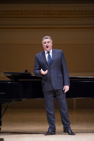 """著名男高音马塞洛于卡内基音乐厅举行的""""全世界歌剧唱法声乐大赛""""音乐会上演出。(摄影: 戴兵: 大纪元)"""