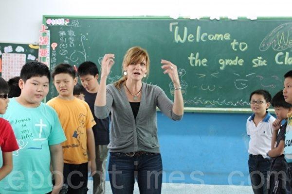 朝興國小邀請外籍老師教英語,學生比手畫腳不用翻譯,克服內心對英語的恐懼。(攝影:郭益昌/大紀元)