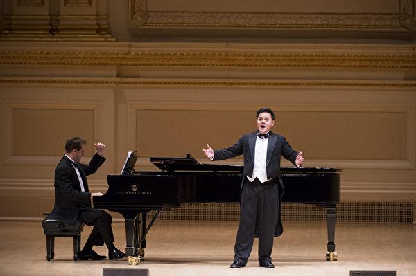 """来自马来西亚的选手陈韦翰于卡内基音乐厅举行的""""全世界歌剧唱法声乐大赛""""音乐会上。(摄影:戴兵:大纪元)"""