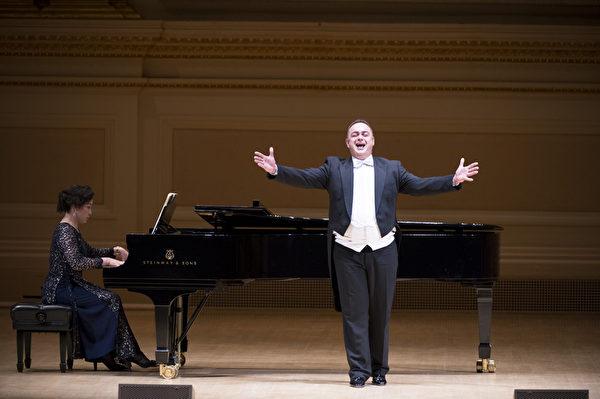"""来自奥地利的选手男高音Markus Max Prodinger在""""全世界歌剧唱法声乐大赛""""音乐会上(摄影﹕戴兵/大纪元)"""
