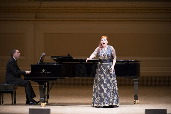 """西西里歌剧学院副院长女高音Marianna Prizzon于""""全世界歌剧唱法声乐大赛""""音乐会上表演。钢琴伴奏西西里歌剧学院院长格罗索William Grosso先生。(摄影: 戴兵/ 大纪元)"""