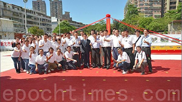 板桥国民运动中心动土典礼后,工务局同仁合影。(摄影:宋顺澈/大纪元)