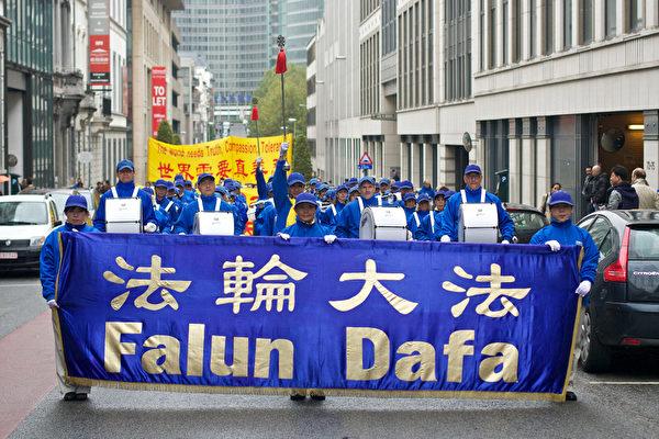 天国乐团在游行中。(摄影:清遥/大纪元)