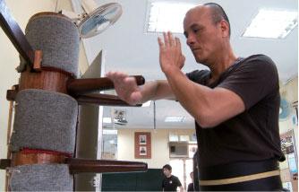 詠春傳人趙學賢師傅拳技精湛,他預祝「全世界華人武術大賽」獲得空前的成功。(大紀元)