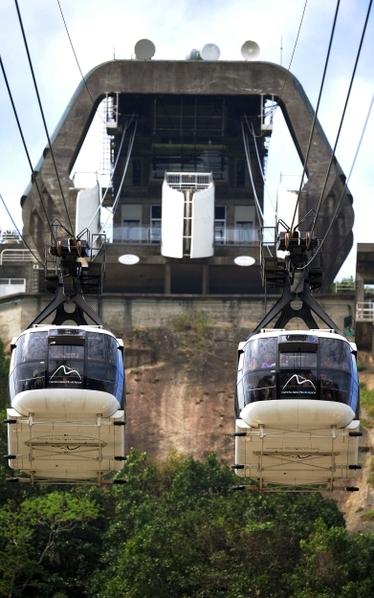 2012年10月27日,巴西里约热内卢名胜糖面包山的缆车欢庆100岁生日。图为糖面包山缆车站。(ANTONIO SCORZA / AFP)