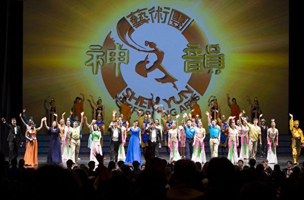 10月27日神韵纽约艺术团在美国新泽西的新布朗斯维克(New Brunswick)市州立大剧院(State Theater)迎来了神韵艺术团2012年巡演的最后一场演出,当晚剧院观众爆满,高潮迭起。(摄影:戴兵/大纪元)