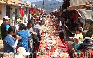 农场旅游对外国旅客深具吸引力,退辅会八大农场成热门景点,图为清境农场火把节----长街宴。(摄影:林萌骞 /大纪元)