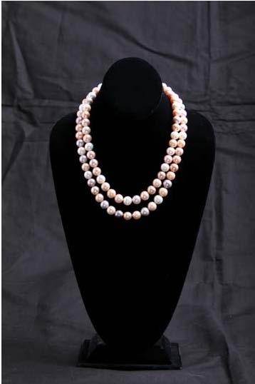 会打扮的女性们,倾向于挑选能带给她们端庄和优雅的珍珠宝石。〈KOBE PEARL公司提供〉