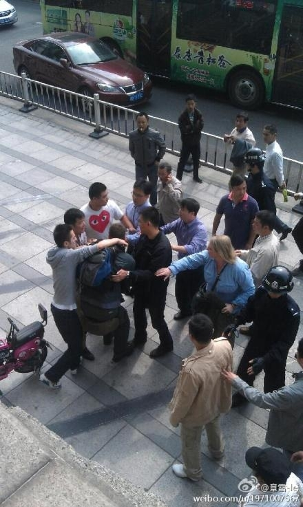 中国宁波的便衣警察周一阻止英国天空新闻台摄制人员采访宁波市民抗议化工项目的示威活动。防暴警察在将该台的记者和摄像人员从抗议现场带走时,从台阶上将他们推搡和拉扯下来,还有踢人行为。(大纪元合成图)