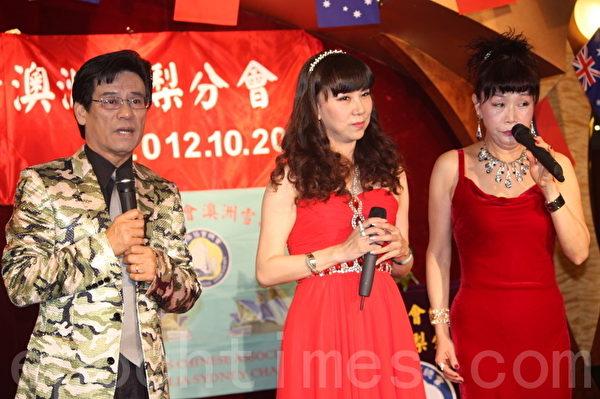 当地歌星张强和远道从台湾来的歌手同台献艺(图:骆亚/大纪元)