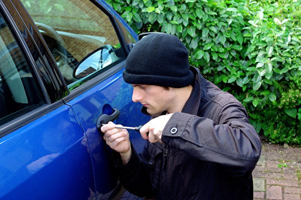 透明玻璃容易吸引盗贼注意,进而偷取车上值钱的物品,因此安装深色反光玻璃并且避免放置贵重物品,可减少招引强盗的风险。(Fotolia)